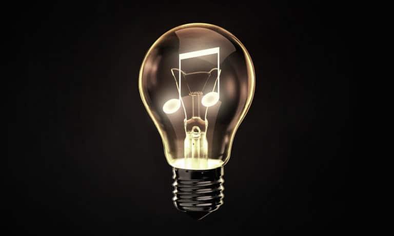 Ampoule sur fond noir ayant une double croche éclairée à l'intérieur