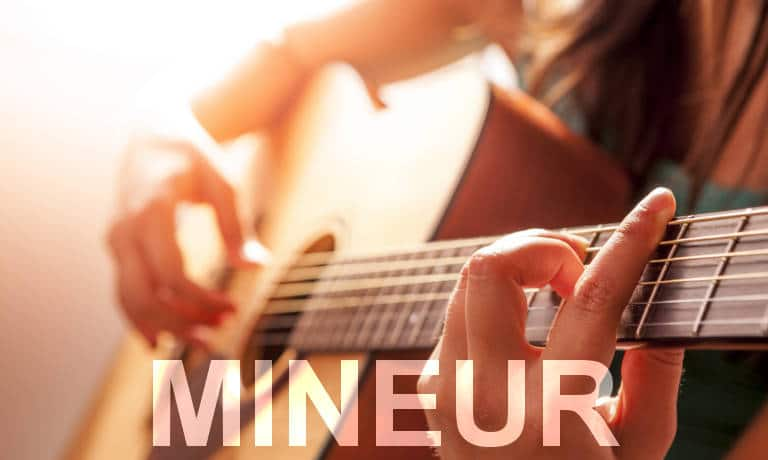 Guitariste. Accords de guitare mineurs