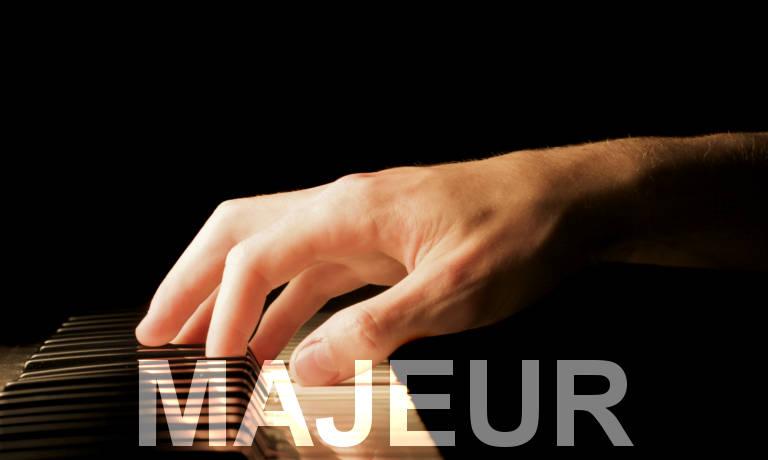 Main sur un piano. Accords de piano majeurs