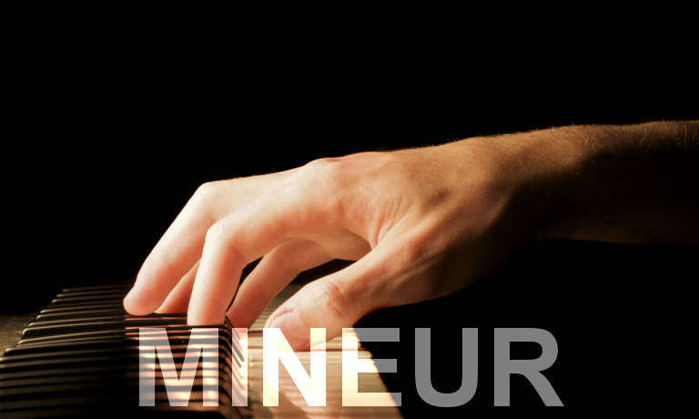 Main sur un piano. Accords de piano accords mineurs