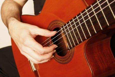 Guitare position main droite
