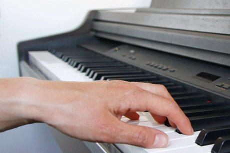 Position doigts sur un piano